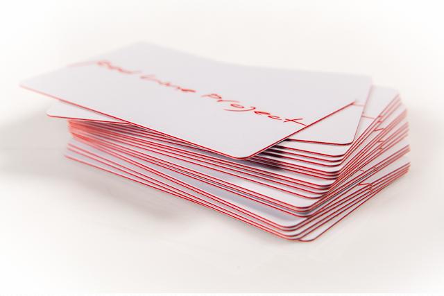 Карты из красного в массе пластика